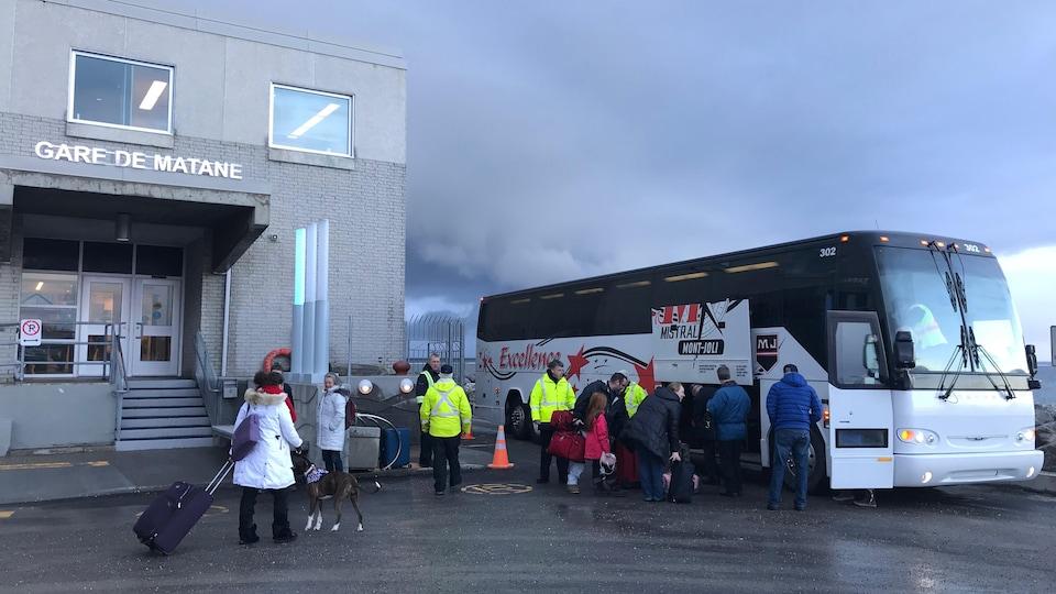 Des passagers prennent l'autobus à partir de la gare fluviale de Matane pour se rendre à l'aéroport de Mont-Joli.