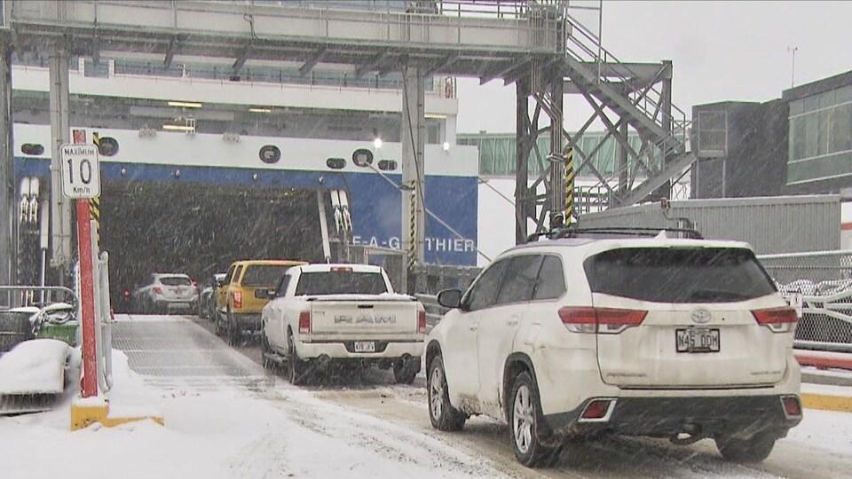 Des automobilistes embarquent sur le traversier, plus de 13 mois après sa dernière traversée.