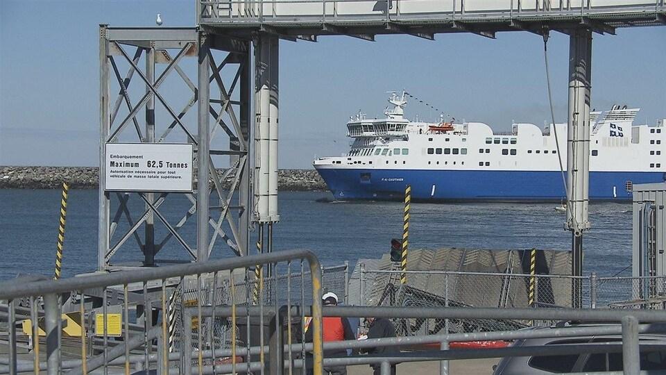 Le navire F.-A.-Gauthier est près d'une rampe d'embarquement dans un port.