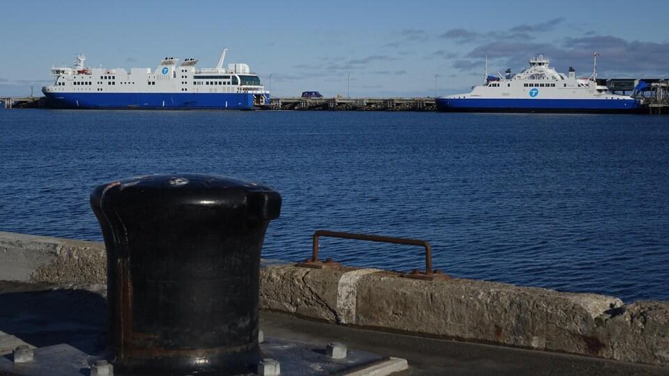 Le F.-A.-Gauthier et le Saaremaa au quai de Matane.