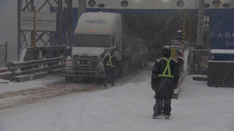 Les véhicules lourds doivent monter à bord du traversier F.A.-Gauthier en marche arrière en raison d'un bris à la porte avant.