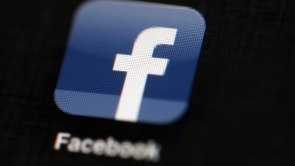 L'image montre l'application de Facebook sur un iPad en plan rapproché.