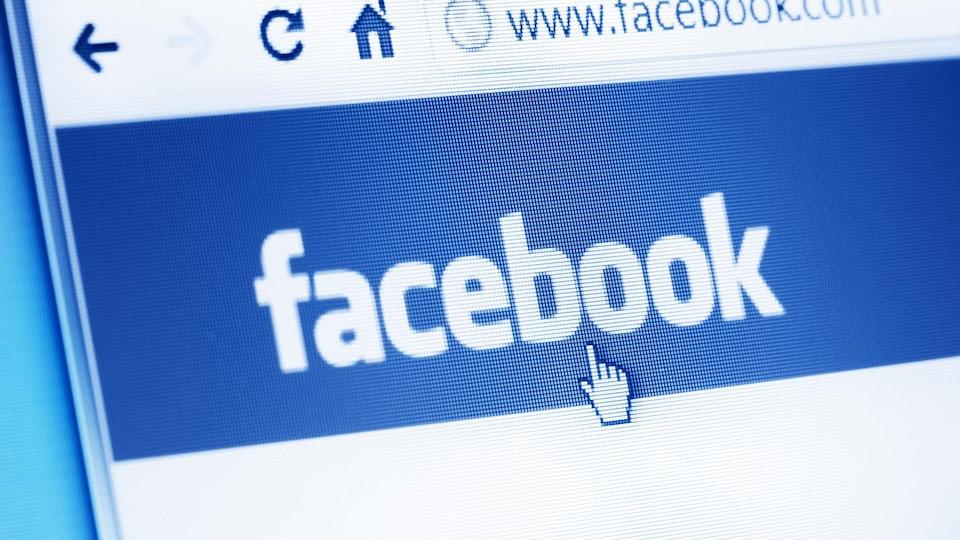 Une photo montrant un gros plan sur un écran d'ordinateur affichant la page d'accueil de Facebook.