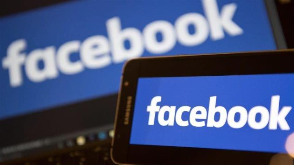 Logo de Facebook sur ordinateur et sur telecphone cellulaire
