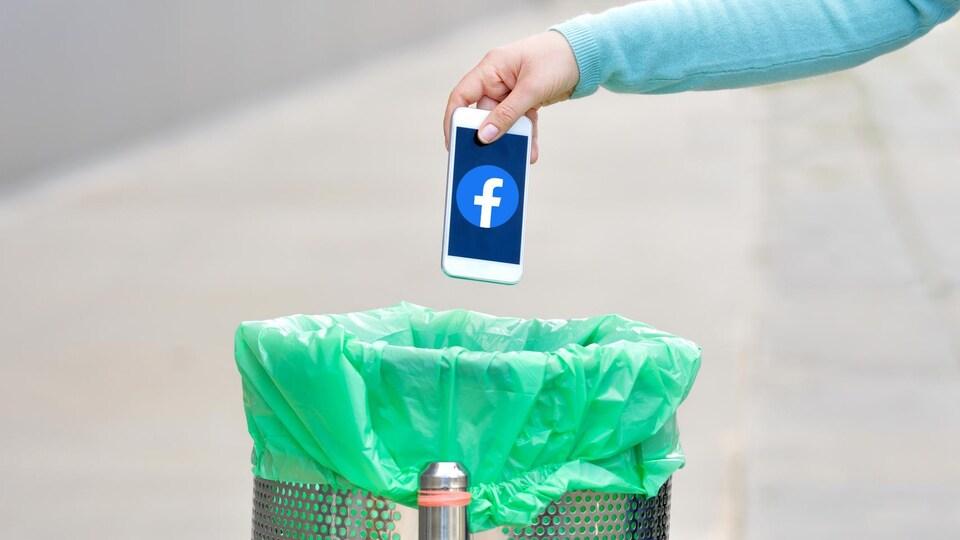 Une personne jette un téléphone cellulaire avec le logo de Facebook à la poubelle.