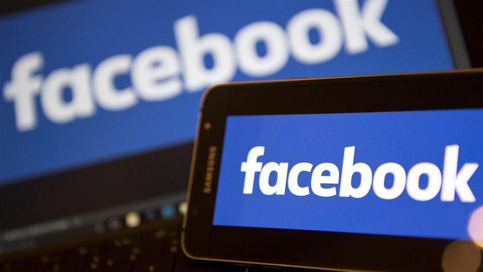 Le logo de Facebook sur un ordinateur en arrière-plan et sur un téléphone intelligent en premier plan.
