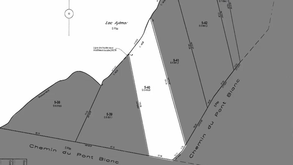 Le plan indique les délimitations du terrain sans mention d'une zone qui appartiendrait à l'État.