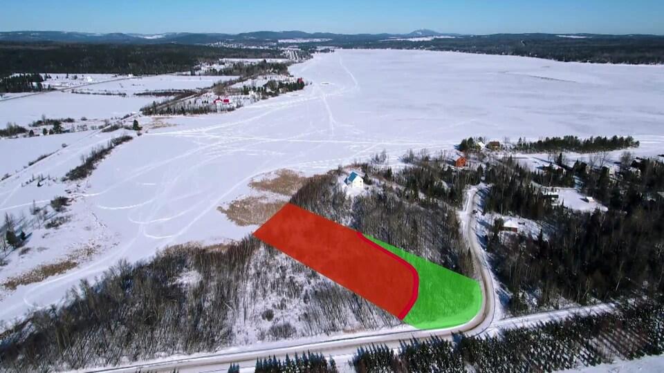 Plan aérien du terrain, séparé en deux portions, et du lac Aylmer.