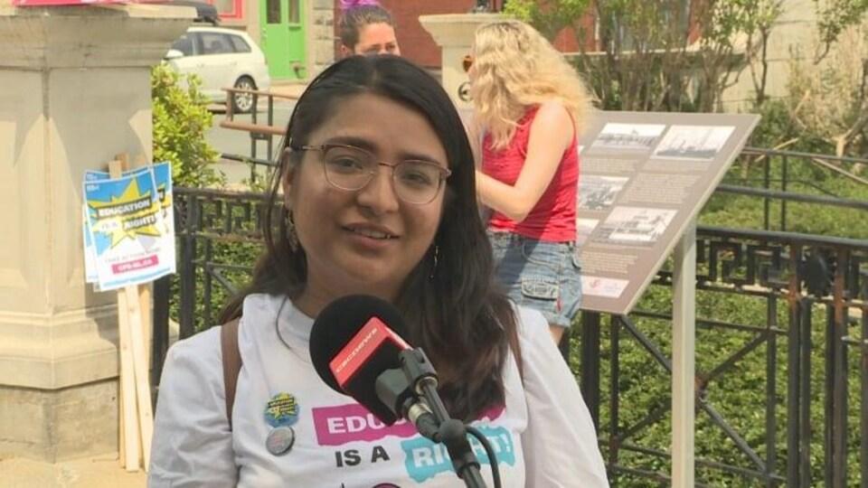 Fahmida Ahmed s'adresse aux médias lors de la manifestation.