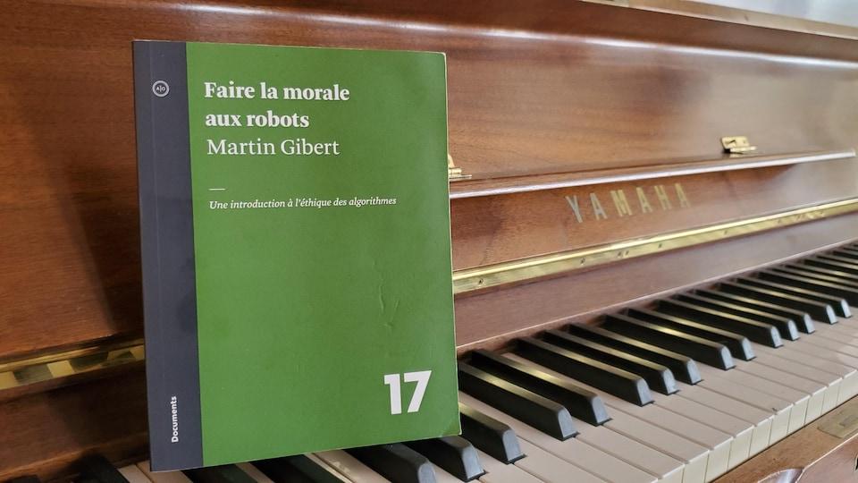 Le livre sur un piano.