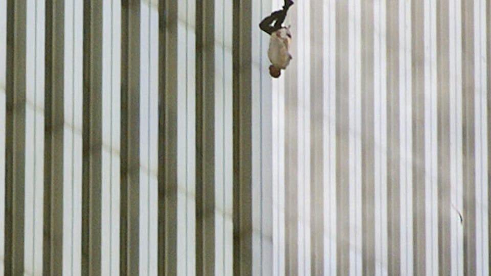 Un homme chute du haut d'un gratte-ciel.