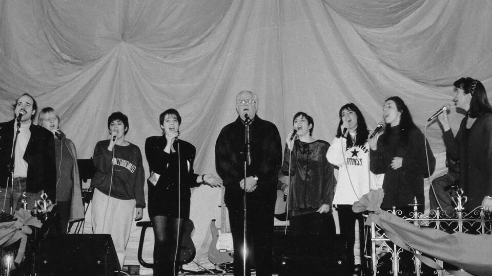 Connie Kaldor, Paul, Carmen, Suzanne, Émile, Aline, Annette, Michelle et Solange Campagne en répétition générale sur la scène de la Cathédrale St-Paul de Régina.