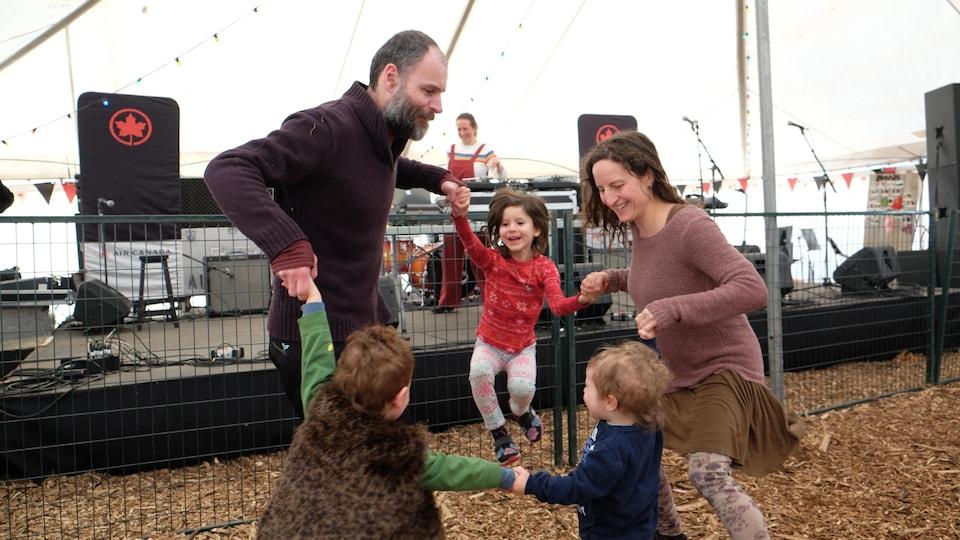 La famille Arava en train de danser.