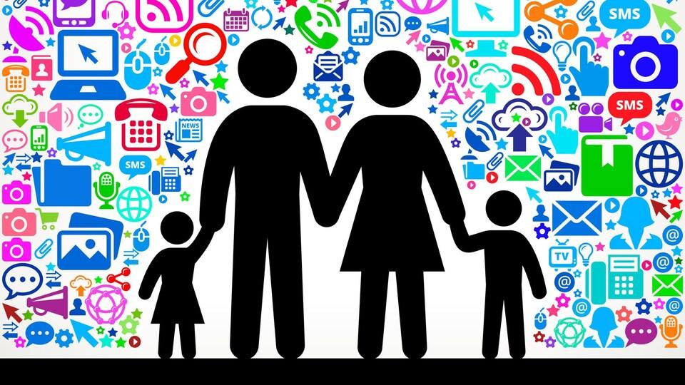 Illustration d'une famille entourée par des logos symbolisant les technologies de l'information.