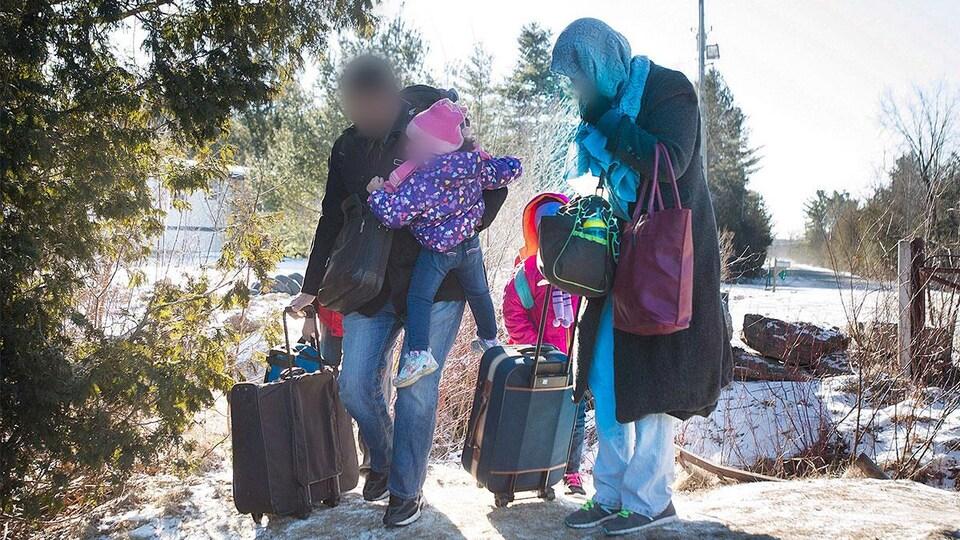 Une famille du Yémen traverse irrégulièrement la frontière entre le Canada et les États-Unis.