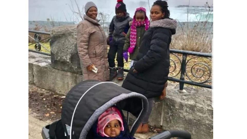 Photo d'une famille kenyane aux chutes du Niagara.