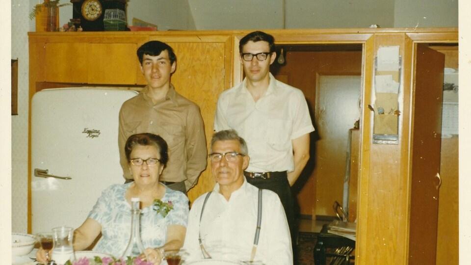 Photo de famille lors d'un repas.