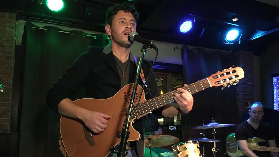 Cristian De La Luna sur scène avec une guitare