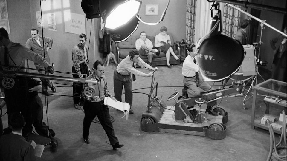 Techniciens et équipement sur le plateau de tournage de l'émission La Famille Plouffe.