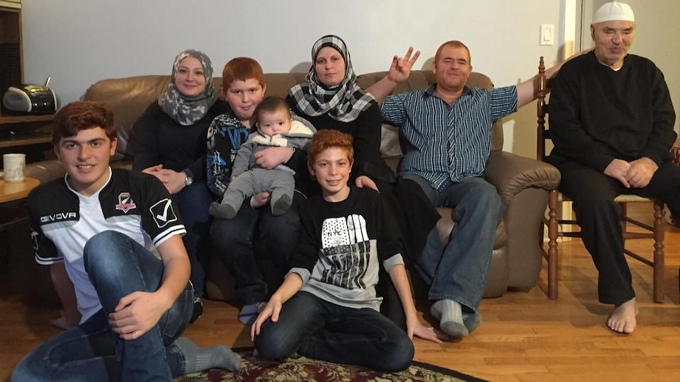 La famille Qarqouz accompagnée de l'interprète Tahani Joubeily (à gauche).