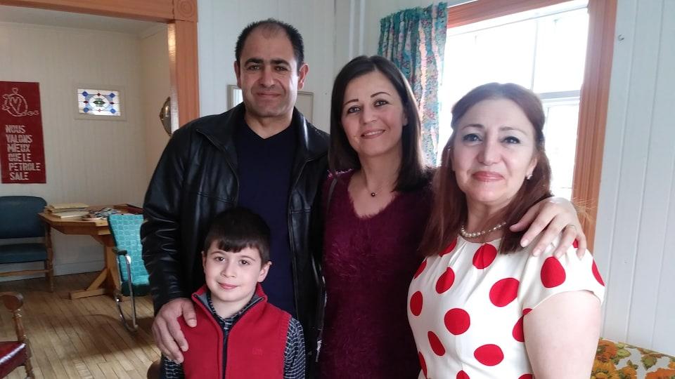 Un couple, accompagné de leur fils et d'une femme.