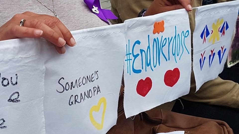 Des affiches avec des coeurs.