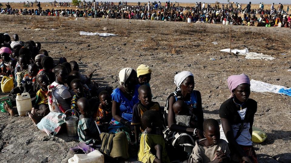 Des femmes et des enfants attendent avant de s'enregistrer à un programme d'aide alimentaire de l'ONU au Soudan du Sud.