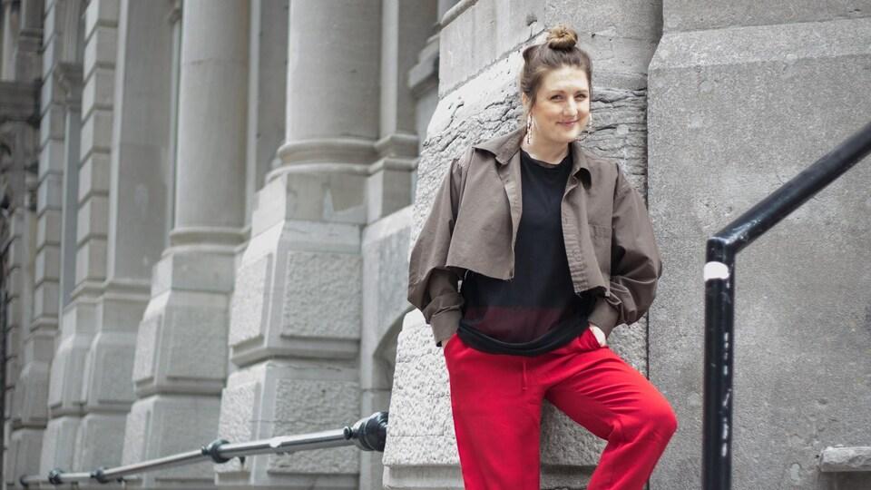 Portrait de Fanny Bloom dans le Vieux-Montréal pour la promotion de son album Liqueur.