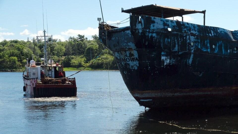Des remorqueurs ont retiré le navire d'acier du port de Shelburne mercredi avant-midi. Le MS Farley Mowat sera remorqué jusqu'à Liverpool où il sera découpé.