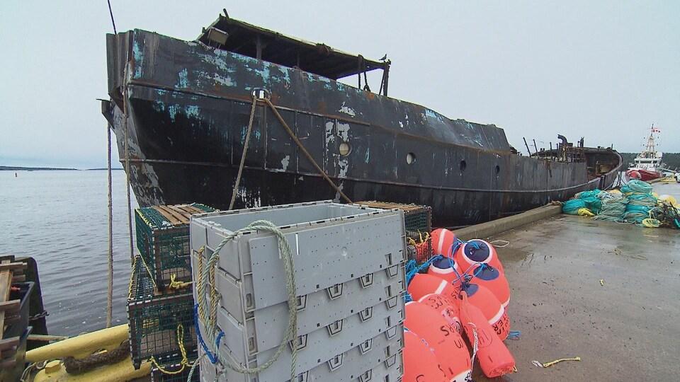 L'épave du navire Farley Mowat amarrée au quai de Shelburne en Nouvelle-Écosse.