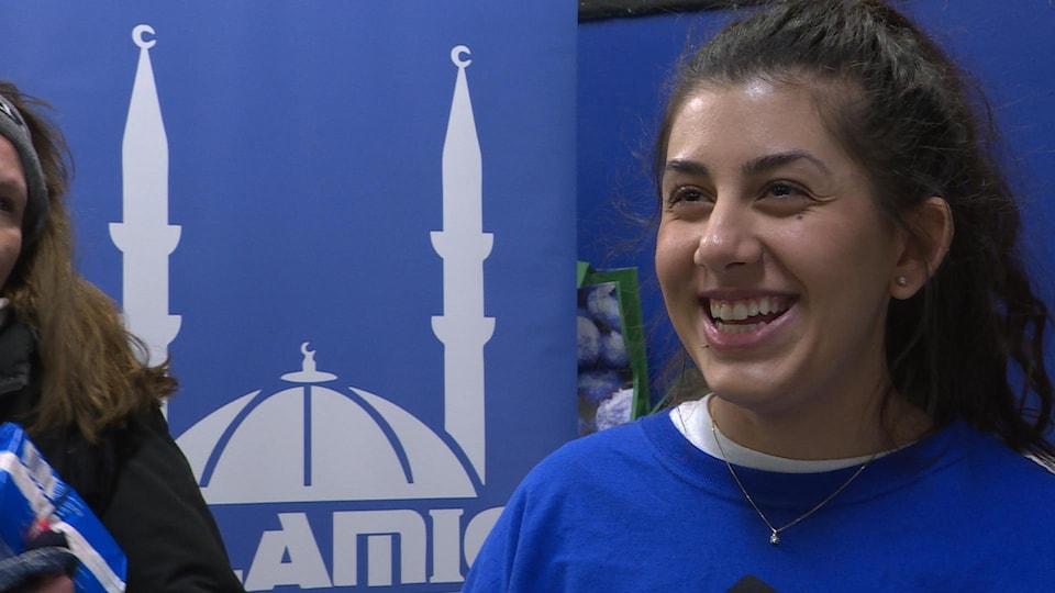 Fatma Atila, tout sourire, alors que commence la distribution des trousses de survie destinées aux plus démunis.