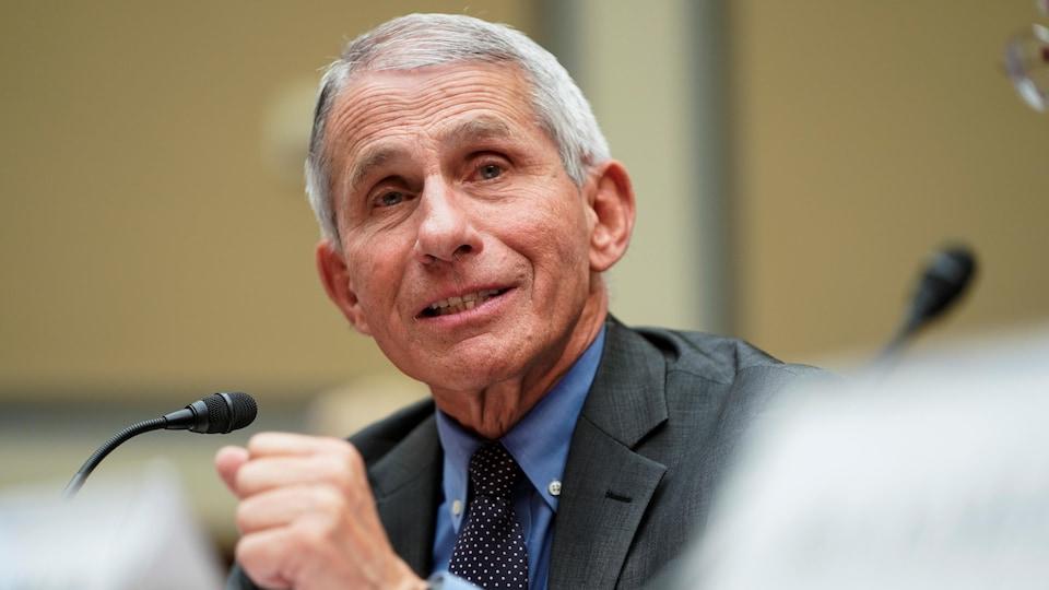 Le Dr Anthony Fauci, devant un micro, témoignant devant un comité du Congrès.