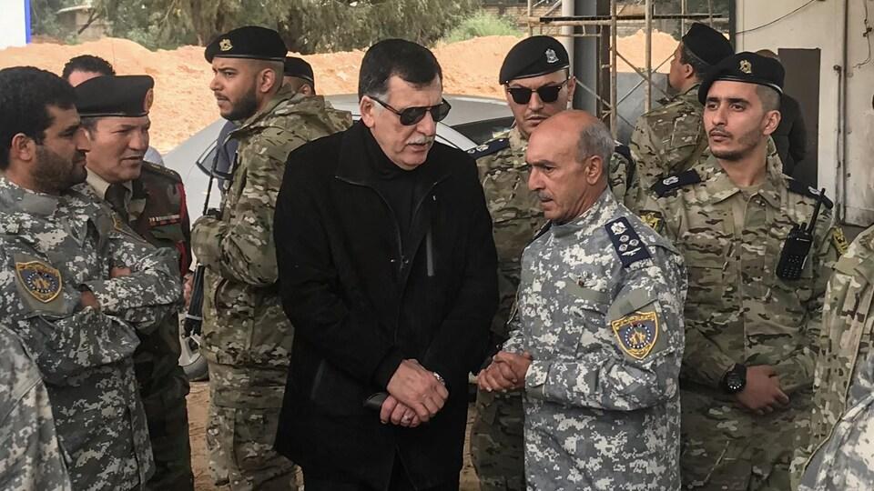 Le chef du gouvernement d'union nationale (centre), Fayez Al-Sarraj, a rencontré les hauts responsables de l'armée libyenne.