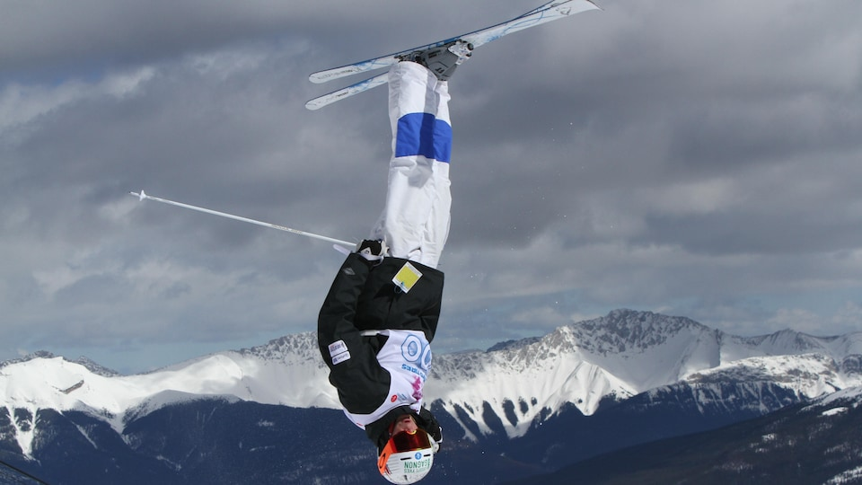 Un skieur acrobatique la tête à l'envers