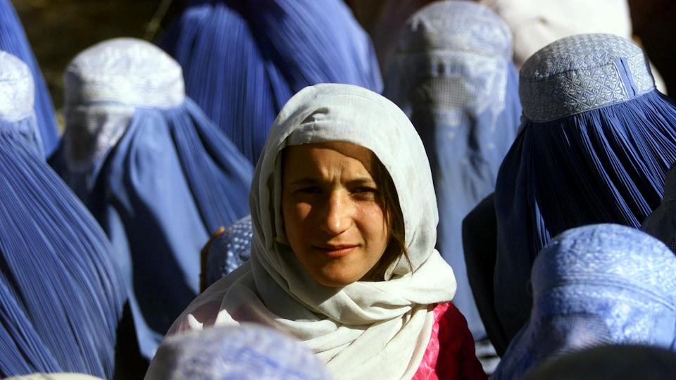 La jeune femme est entourée de femmes portant la burqa.