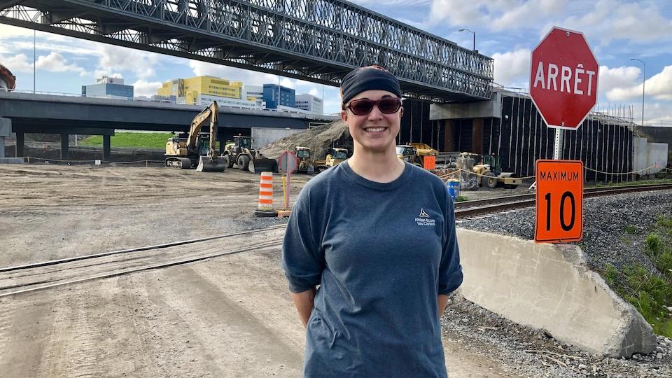 Annie Cartier, opératrice de machinerie lourde, devant le chantier de l'échangeur Turcot, à Montréal.