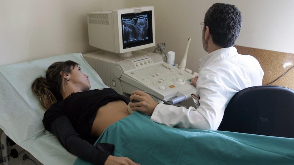 Une femme passe une échographie