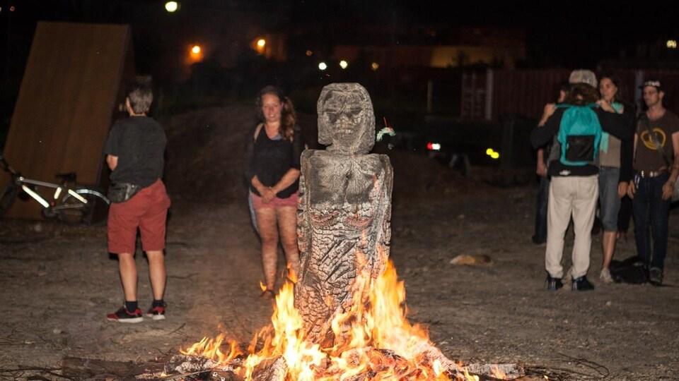 «La femme métamorphose», une oeuvre de Jacques Newashish, a été brûlée mercredi soir en remplacement de «La femme de la nuit hibou», qui a été détruite à la suite d'un malentendu.