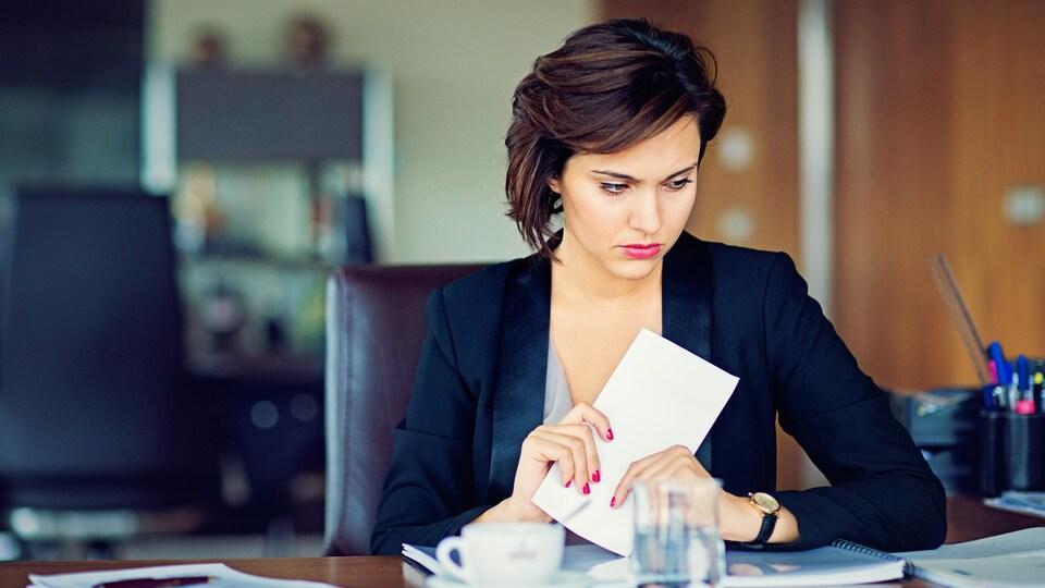 Une femme à son bureau.