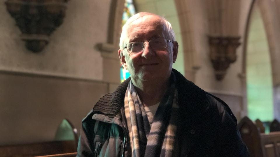Joseph-Marie Bouchard dans le jubé de l'église Sacré-Coeur.