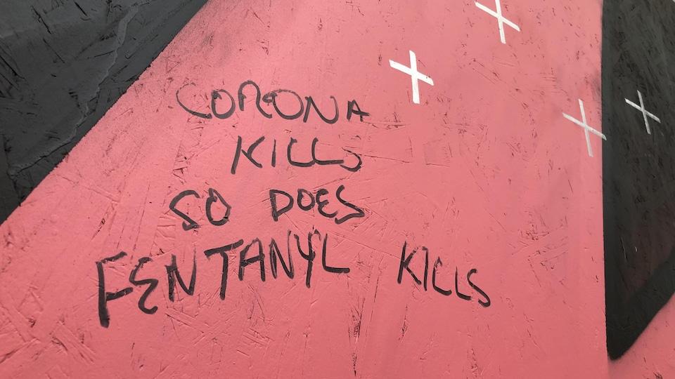 « Le coronavirus tue, tout comme le fentanyl », peut-on lire dans ce graffiti au centre-ville de Vancouver.