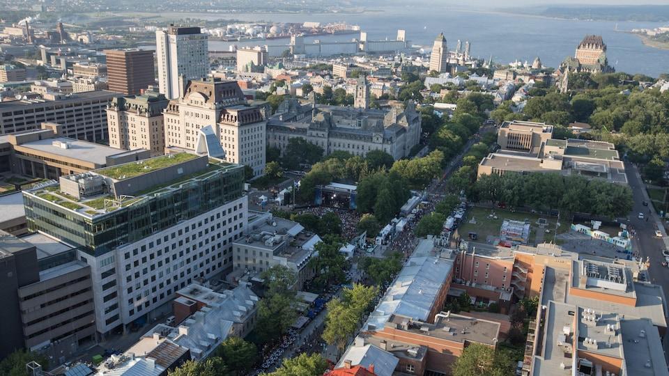 Le Festival d'été de Québec attire des milliers de personnes.