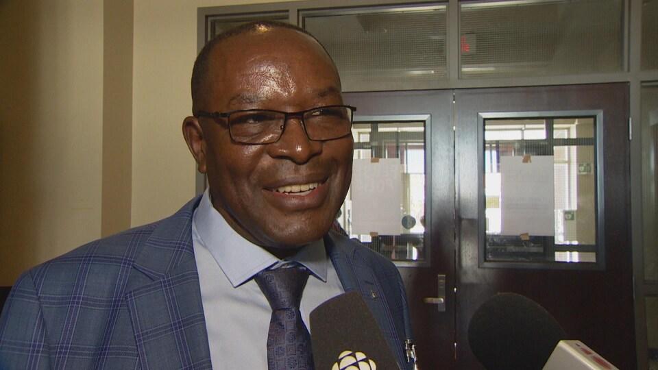 Ferdinand Muhigirwa sourit à la caméra.