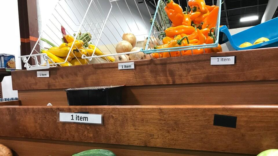 Des légumes produits et vendus par des agriculteurs de l'Estrie. On voit ici combien d'item chaque personne doit prendre pour compléter son panier du fermier.