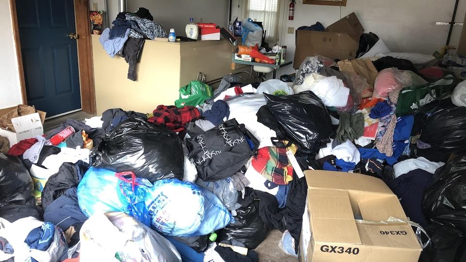 Un garage rempli de sacs de dons.