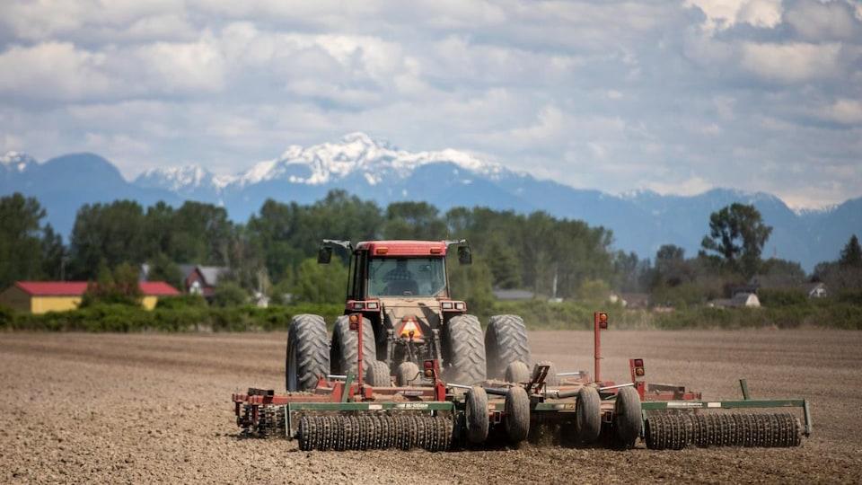 Un tracteur sur une ferme de la C.-B.