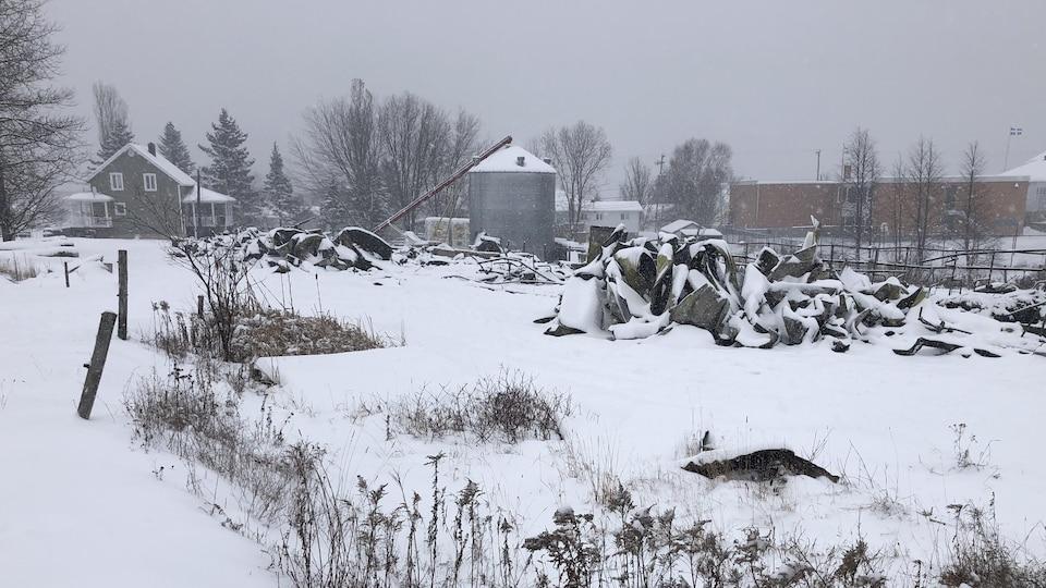 La neige recouvre ce qu'il reste de la ferme Beaux-Prés.