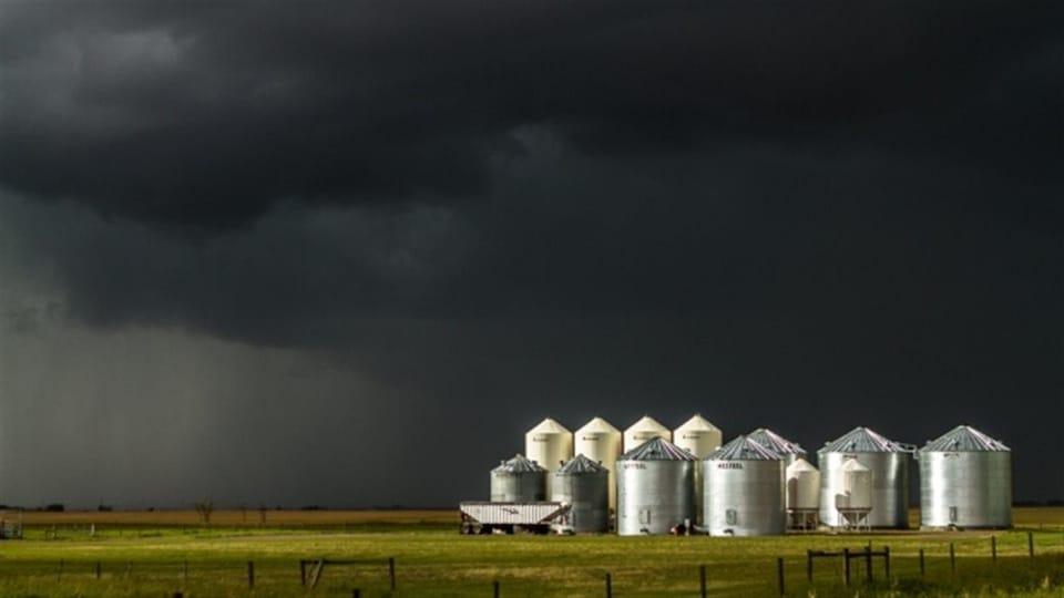 Des silos dans une ferme de l'Alberta.