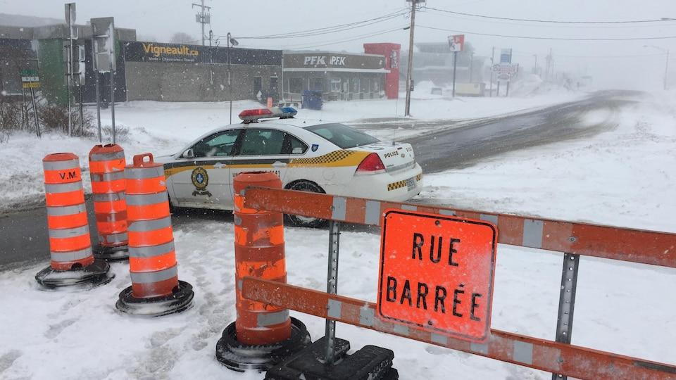 Les forts vents et la poudrerie ont causé la fermeture de l'autoroute 20 mercredi matin.