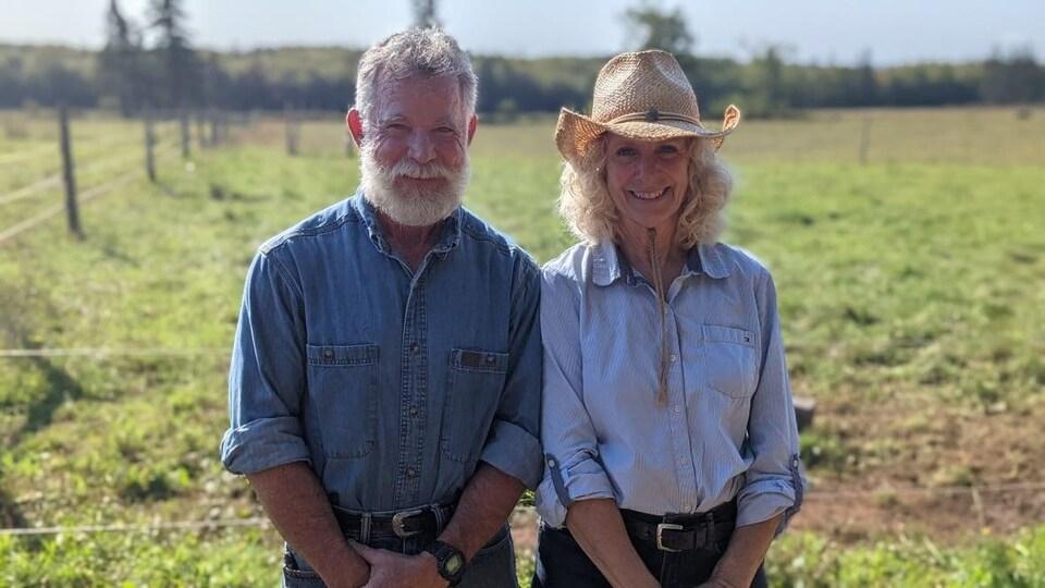 Mike et Evelyn Lafortune pose pour la photo dans un champ.